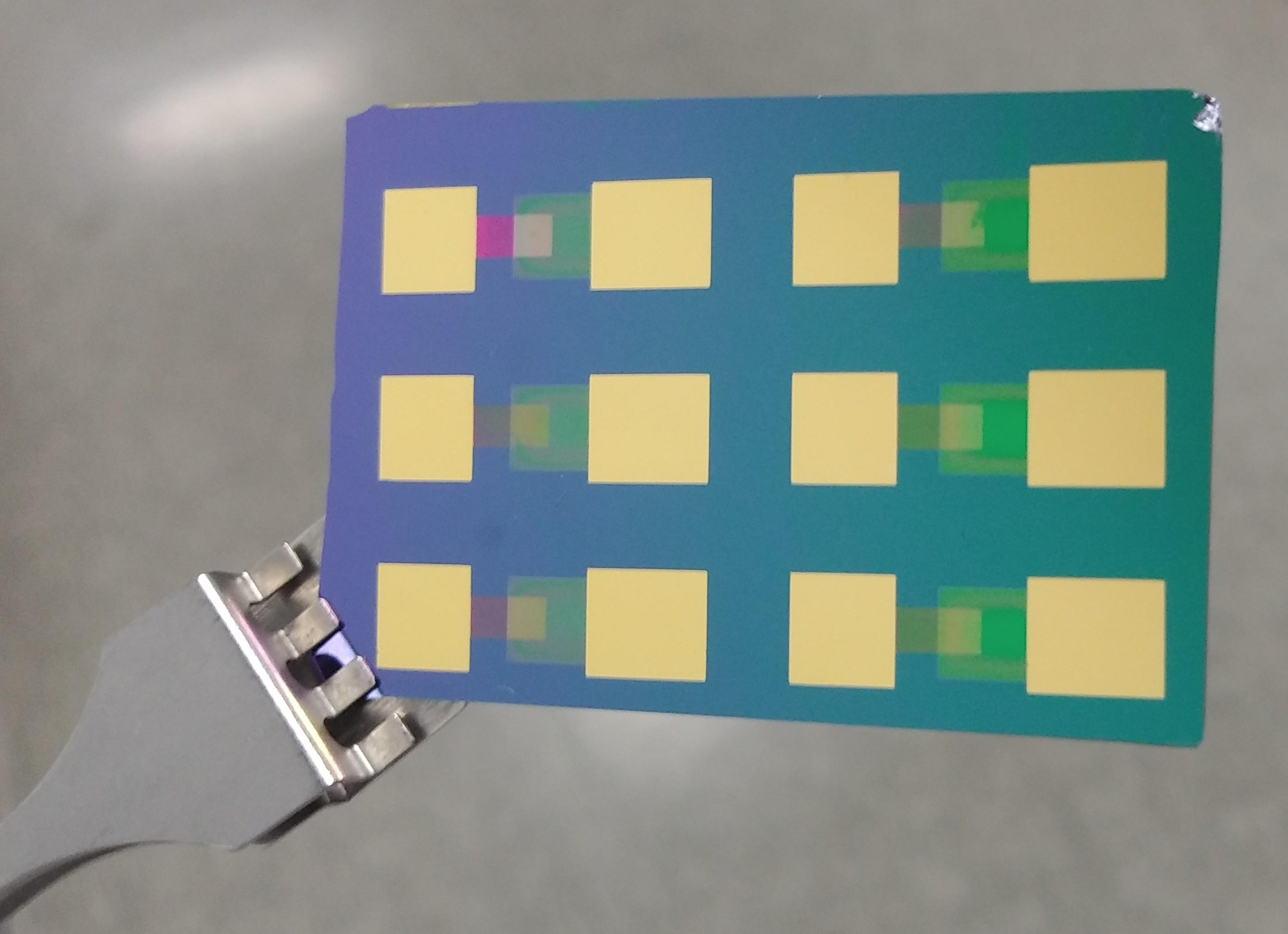 [그림1] 연구진이 개발한 페로브스카이트 핫전자 태양전지의 모습 (1).jpg